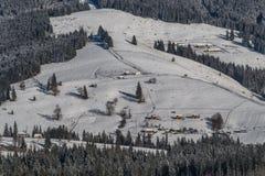 Piccolo villaggio sulle colline di una montagna Immagine Stock Libera da Diritti