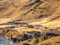 Piccolo villaggio tibetano all'alta montagna in Sichuan Immagine Stock