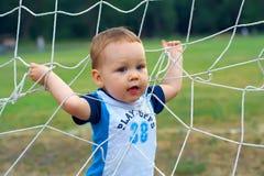 Piccolo vincitore del neonato che gioca il gioco di sport Fotografie Stock Libere da Diritti