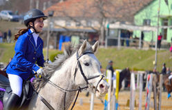 Piccolo vincitore equestre felice del trofeo della ragazza Immagine Stock