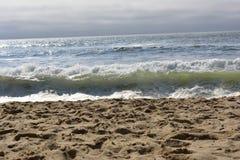 Piccolo Wave un giorno nuvoloso Fotografia Stock Libera da Diritti