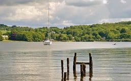 Piccolo yacht ed alberini di legno su Windermere immagini stock libere da diritti