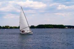 Piccolo yacht sul movimento fotografia stock