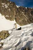 Piccozza da ghiaccio e guanti Fotografia Stock