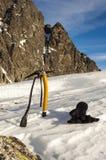 Piccozza da ghiaccio e guanti nella neve Immagine Stock Libera da Diritti