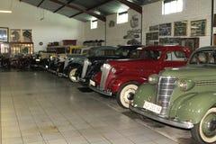 Pièce d'affichage avec des automobiles de Chevrolet de vintage Photos stock