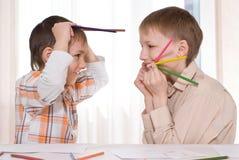 Pièce de deux frères avec le crayon lecteur Image stock