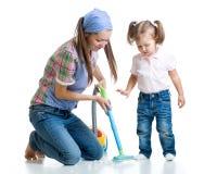 Pièce de nettoyage de petite fille et de maman d'enfant Image libre de droits