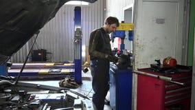 Pièce de polissage en métal de type de mécanicien sur la machine de polissage banque de vidéos