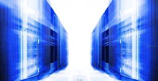 Pièce de serveur avec l'équipement moderne dans la tache floue et le mouvement de centre de traitement des données Photos stock
