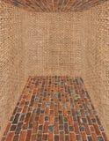 Pièce faite à partir des murs de brique et de sac Image libre de droits