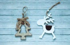 Picea y ciervos de madera en un fondo de madera, visión superior de la Navidad fotografía de archivo libre de regalías