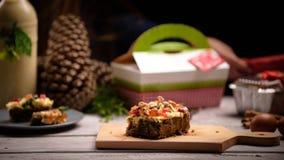 Pices рождества таблицы cakeover деревянной белой с ингредиентами стоковое изображение