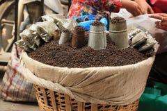 Épices dans les sacs au marché à Katmandou, Népal Images stock
