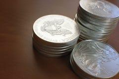 Pièces de monnaie argentées d'aigle empilées Photos libres de droits