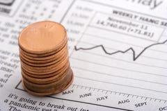 Pièces de monnaie au-dessus des diagrammes Image stock