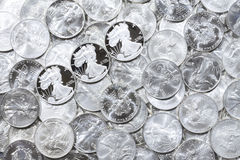 Pièces de monnaie brillantes argentées Photos libres de droits
