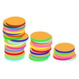 Pièces de monnaie colorées lumineuses sur un blanc Photographie stock
