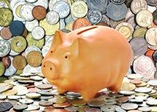 Pièces de monnaie d'argent et tirelire Photographie stock libre de droits