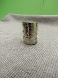 5 pièces de monnaie de CZK au-dessus de la surface de tissu Photo libre de droits