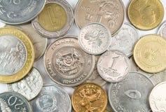 Pièces de monnaie de différentes nations sur le fond blanc Image stock