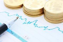 Pièces de monnaie et diagramme de crayon lecteur Photographie stock