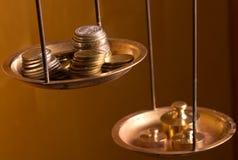 Pièces de monnaie sur un poids d'échelle Images libres de droits