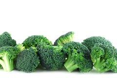 Pices del broccolo nella riga su bianco Fotografia Stock