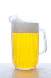 Pichet de bière sur le contre- dessus humide Images libres de droits