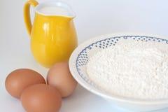 Pichet de lait, d'oeufs et de farine Photographie stock libre de droits