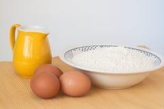 Pichet de lait, d'oeufs et de farine Image libre de droits