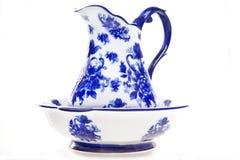 Pichet et bassin bleus et blancs de poterie Photo stock