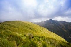 Pichincha Ecuador September 18, 2017: Panoramautsikt på den Pichincha vulkan som lokaliseras precis till sidan av Quito, som Royaltyfri Fotografi