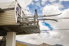 Pichincha Ecuador September 18, 2017: Slut upp av den metalliska strukturmaskinen för teleferico från var arbeten, i ett dimmigt Arkivbilder