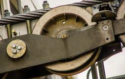 Pichincha Ecuador September 18, 2017: Slut upp av den metalliska strukturmaskinen för teleferico från var arbeten, i ett dimmigt Royaltyfria Bilder