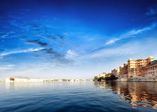 Pichola湖在印度Udaipur拉贾斯坦。大君宫殿 库存图片