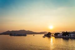 Pichola jeziora i Taj pałac Jeziorny zmierzch w Udaipur, India fotografia stock