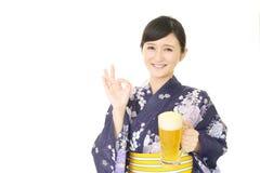 picie piwa kobieta Zdjęcia Royalty Free