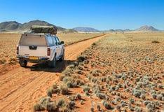 Pick-up het drijven op woestijnweg naar de Tiras-bergen royalty-vrije stock afbeeldingen