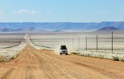 Pick-up het drijven snel op lange rechte woestijnweg royalty-vrije stock foto's