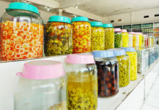 pickeled果子行和vegatable待售 免版税库存照片