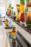 Pickeled grönsaker och frukter på en skärm som en garnering i a Arkivfoton