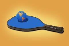 Pickleball世界-球和桨 免版税库存图片