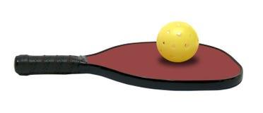 Pickleball - οριζόντιο κόκκινο κουπί με την κίτρινη σφαίρα Στοκ Εικόνες