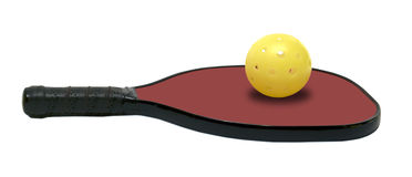 Pickleball -有黄色球的水平的红色桨 库存图片