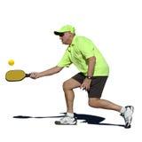 Pickleball akcja - Starszy Męski gracza ciupnięcia forehand obrazy stock