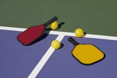 Pickleball kolorowi paddles, piłka i sąd -, fotografia royalty free