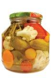 Pickled conservó el tarro de cristal aislado surtido hecho en casa de las verduras Fotos de archivo