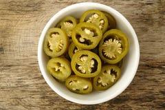 Pickled a coupé en tranches les poivrons verts de jalapeno Photographie stock libre de droits