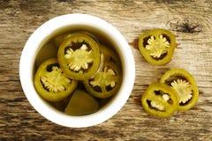 Pickled a coupé en tranches les poivrons verts de jalapeno Photographie stock